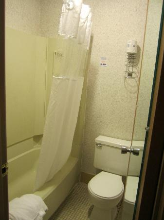 Motel 6 La Crosse WI: Bathroom