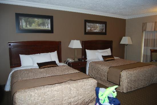 Festival Inn: Lovely 2 queen room! Nice linens, hard beds loved!
