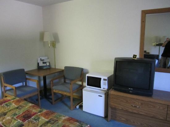 Dollar Inn Hot Springs: TV, Microwave & Fridge