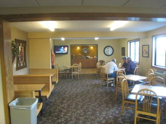 Fargo Inn & Suites : The breakfast area - large and well lit