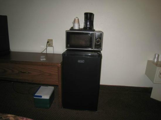 Fargo Inn & Suites: Close up of the refrigerator and microwave - and coffee pot.