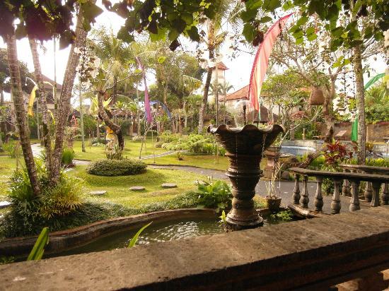 Kertiyasa Bungalow: View of Kertiyasa grounds from restaurant