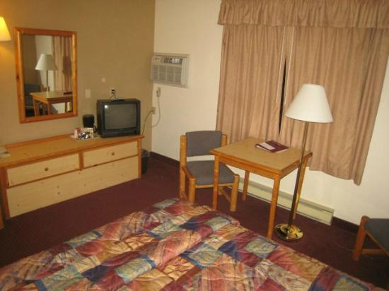 Campus Inn Missoula: the room - small television, nice decor