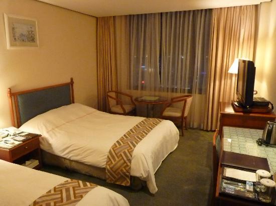 Hotel New Crown: Habitación en piso 9 con vista al aeropuerto