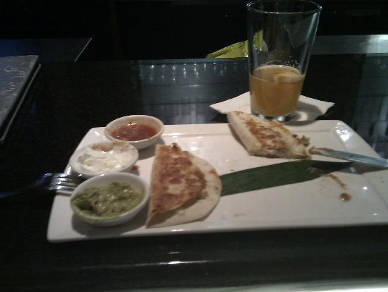 Renaissance Chicago O'Hare Suites Hotel: Grilled Chicken Quesedilla (half eaten) at R-Bar