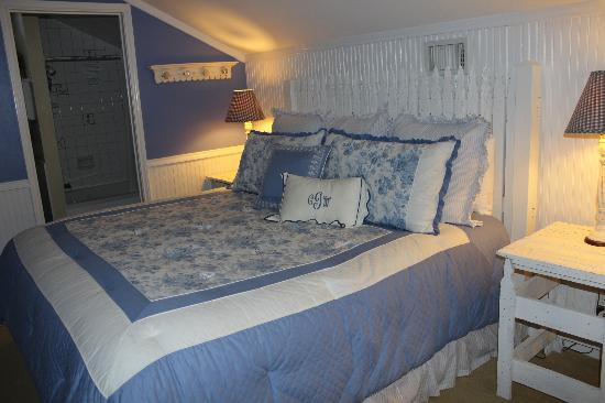 Chuckwagon Inn Bed & Breakfast: Floral blue and cute Ruffles!