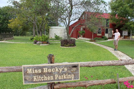Chuckwagon Inn Bed & Breakfast: Miss Becky's Kitchen View from Front