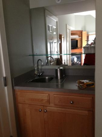 8 Dyer Hotel: Wet bar area in room