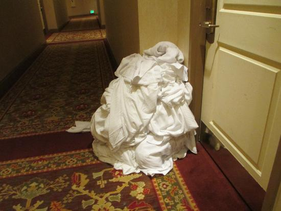 Coarsegold, Californië: Linen left in hallway at 4 pm.