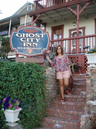 Ghost City Inn: Front door