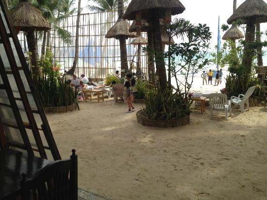 Boracay Royal Park Hotel: Front lounge area of hotel 