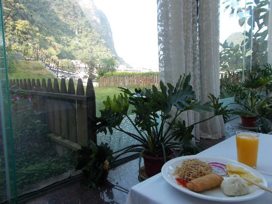 Zhenmei Holiday Hotel Guilin Yangshuo Aiyuan: Breakfast in the dining room