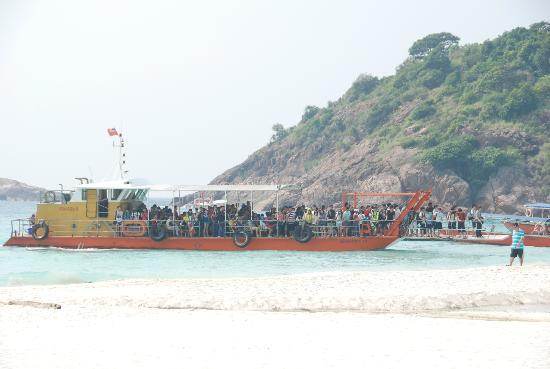 Coral Redang Island Resort: A boat load of people arriving