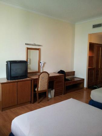 Quality Hotel Shah Alam: tv and wardrobe