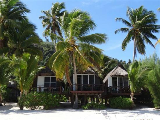 Paradise Cove Lodges: Bungalows as taken from the beach