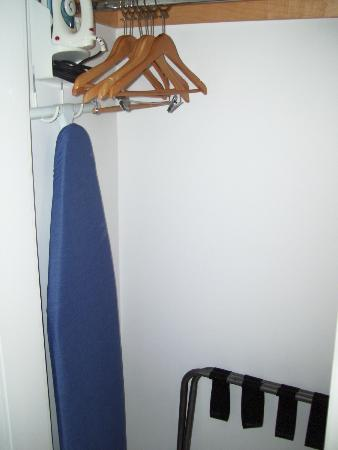 The President Hotel - Miami Beach: IRON AND IRONING BOARD