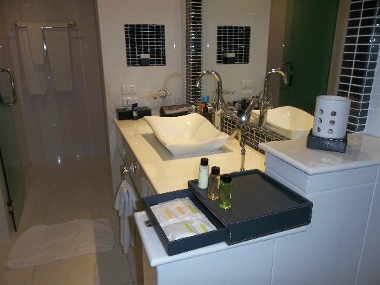 Amari Nova Suites Pattaya: bathroom, with large shower