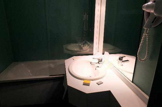Hotel des Bourbons: La salle de bains