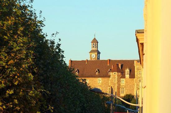Hotel des Bourbons: Le château de Montluçon vu de la chambre