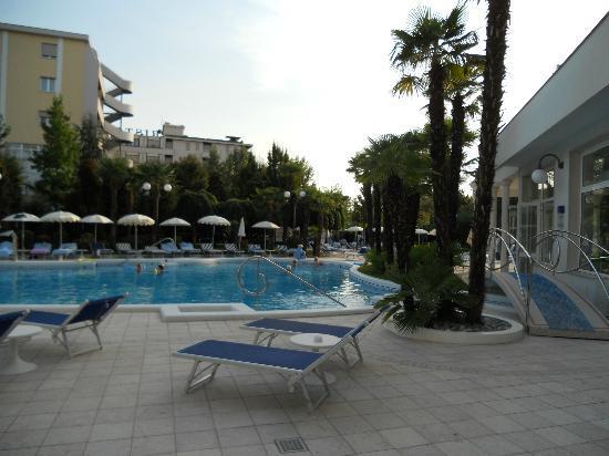 La Residence & Idrokinesis: Una delle due piscine con acqua calda e idromassaggi vari