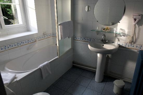 Logis Manoir de la Giraudiere: la salle de bains très claire