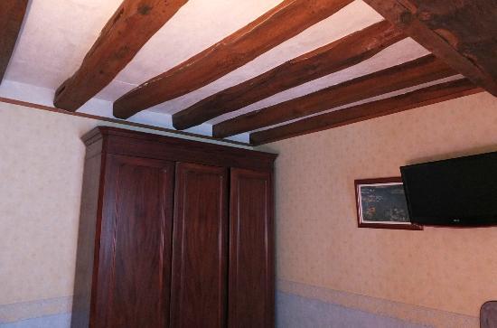 Logis Manoir de la Giraudiere: Les poutres de la chambre