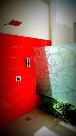 Bali Ginger Suites: Tastefully decorated semi outside shower area