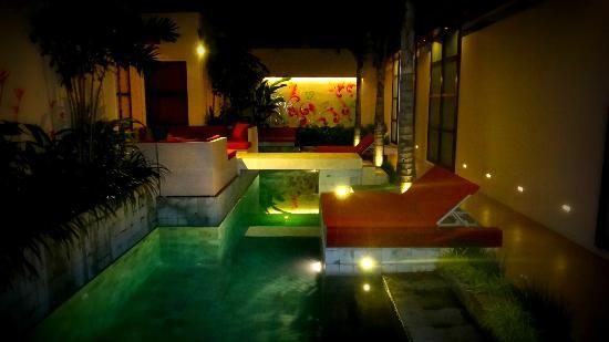 Bali Ginger Suites & Villa: Ginger Suites pool at night