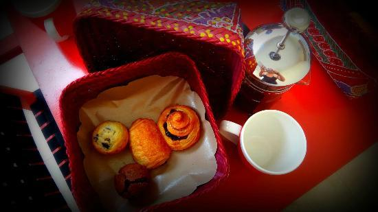 Bali Ginger Suites & Villa: Pastries, muffins and plunger coffee, great start to the day!