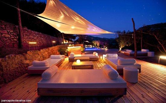 Hotel Mas Mariassa: Chill-out de la piscina de noche