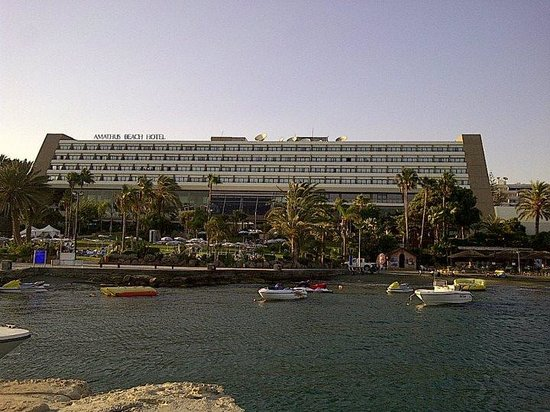 Amathus Beach Hotel Limassol: The hotel from the shore front.