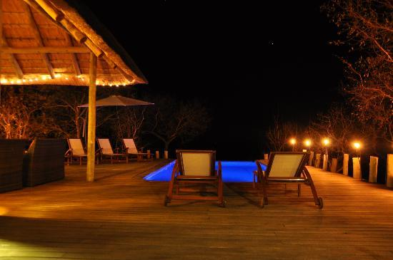 Casart Game Lodge : pool & deck by night