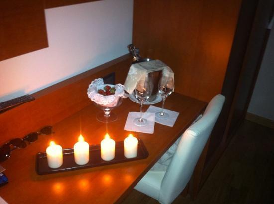 Hotel Lo Zodiaco: hanno acceso le candele 10 minuti prima del ns rientro :)