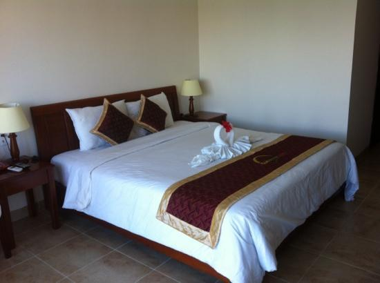 Sunshine Hotel Hoi An: Large double bed complete with pet swans