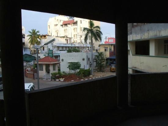 TTDC Hotel Tamil Nadu: View to outside along the corridor