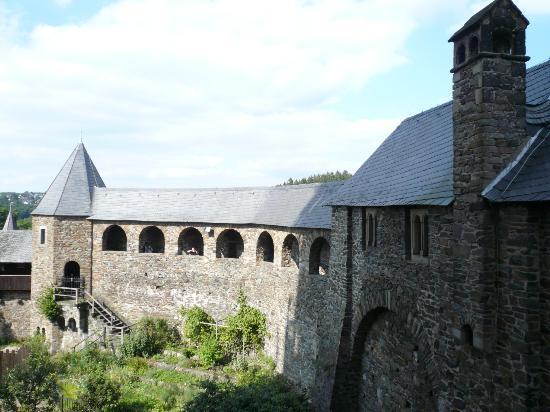 Schloss Burg : Kijkje op de binnenplaats