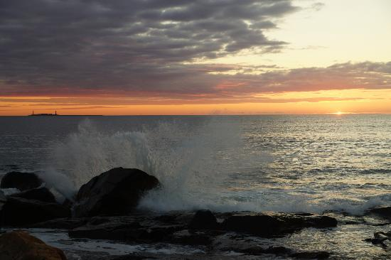 Bass Rocks Ocean Inn: Sunrise on the rocks - a 30 second walk away