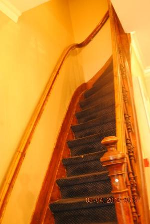 Sara's Boutique Hotel: Narrow staircase