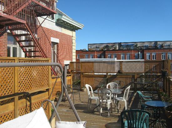 Auberge Manoir Ville-Marie : terrasse ensoleillee en septembre