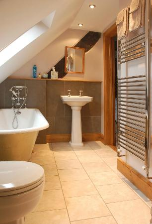The Rafters Room en suite bathroom