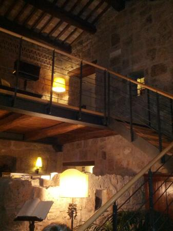 Sovana Hotel & Resort: L'interno tutto in tufo