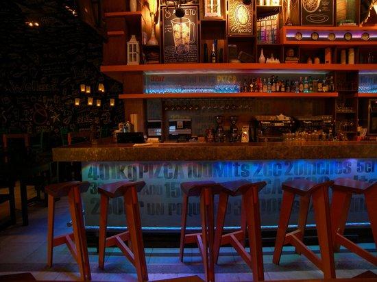 Aniceto Coffee Bar & Grill: La barra de noche