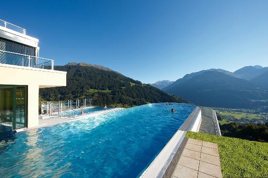Ferienhotel Fernblick: Der Panorama Skypool verdient seinen Namen wahrlich