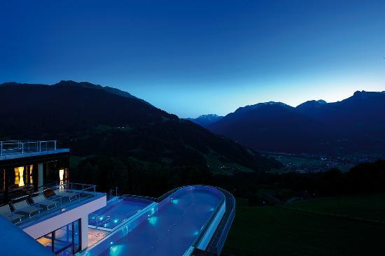 Ferienhotel Fernblick: Der Blick auf die Vorarlberger Berge bei Nacht