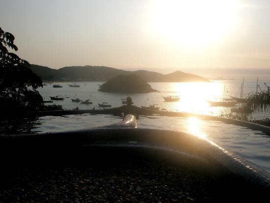 فيلا دإستيت هاندماد هوسبيتاليتي هوتل: Heated pool at sunset 