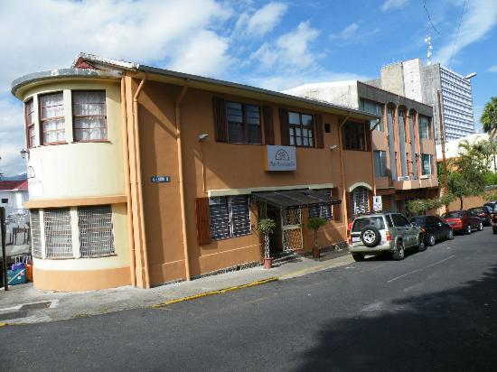 Hotel Rincon de San Jose: At the corner of a rather busy road
