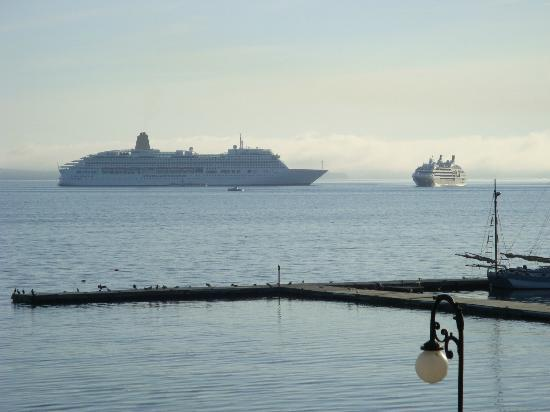 Holiday Inn Bar Harbor Regency: View of cruise ships from room