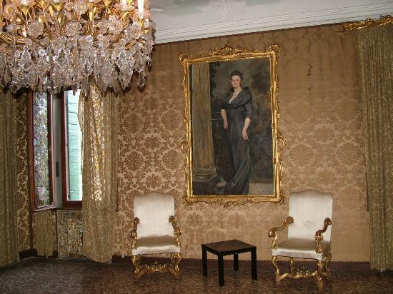 Ca' Zanardi: Chanderlier and Paintings