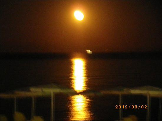 Tara Beach Hotel: The moon from the Tara bar