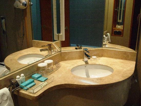 Pacific Hotel: 大理石の洗面台がリッチですね
